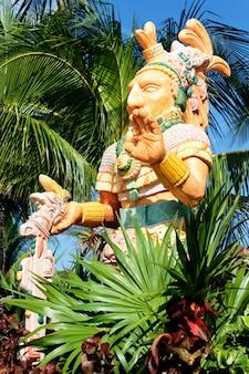Мексиканская статуя знатного человека и пальма