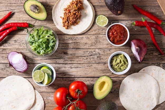 Мексиканские ингредиенты тако на деревянном столе
