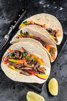 Ракушки тако по-мексикански с говядиной, луком, помидорами и сладким перцем