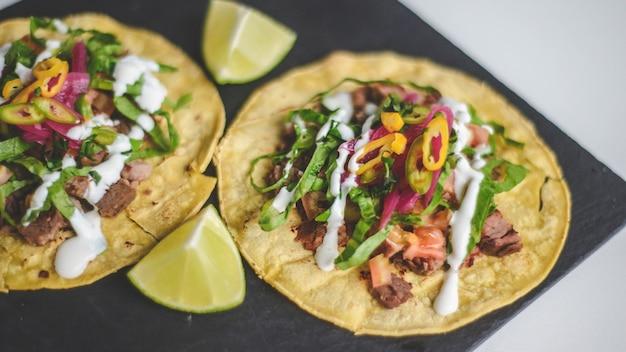 쇠고기와 야채를 곁들인 멕시코 타코