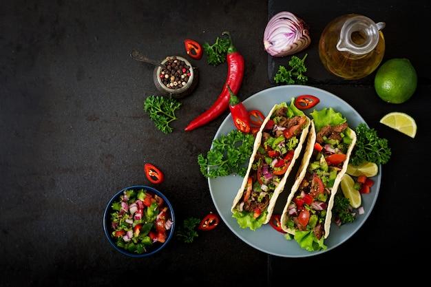 토마토 소스와 살사에 쇠고기와 멕시코 타코