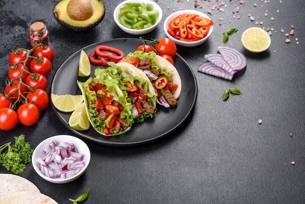 Мексиканские тако с говядиной, помидорами, авокадо, луком и соусом сальса