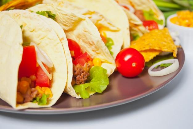 Мексиканские тако с куриным мясом, фасолью, помидорами и кукурузой