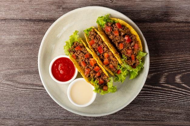 レタス、牛肉、トマトのメキシコのタコス。