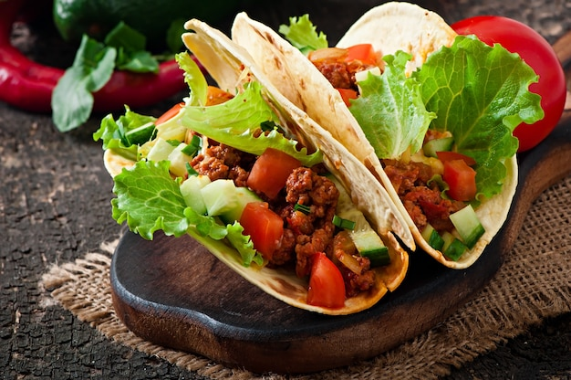 肉、野菜、チーズのメキシコのタコス