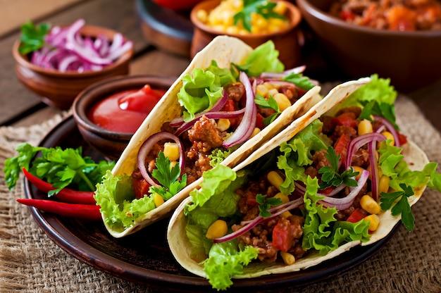 肉、野菜、赤玉ねぎのメキシコのタコス