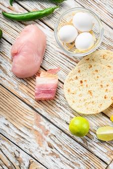 野菜と鶏肉のメキシコのタコス