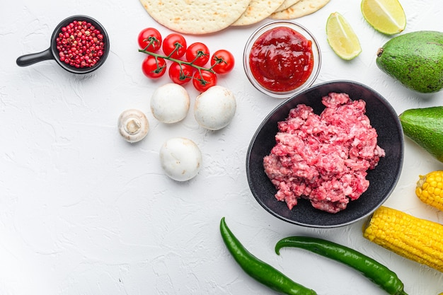 野菜と肉のメキシコのタコス。料理、とうもろこし、肉の材料テキスト用のスペースがある白い背景の上面図。
