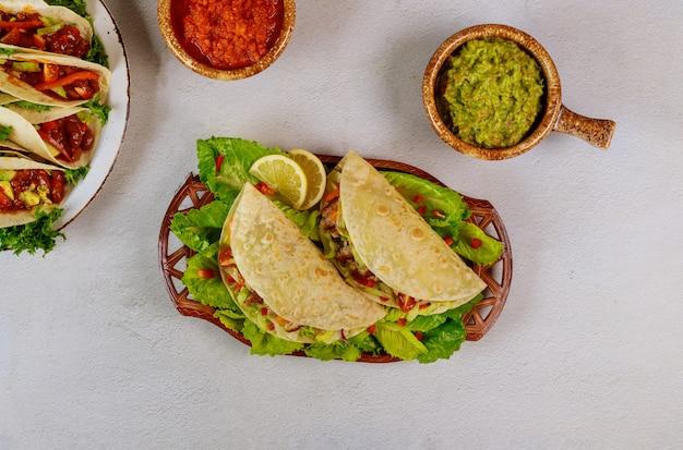 Мексиканская вкусная пища мягкая лепешка, фаршированная зеленым салатом и мясом