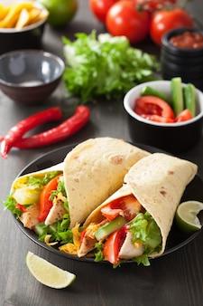 Обертка из мексиканской тортильи с куриной грудкой и овощами