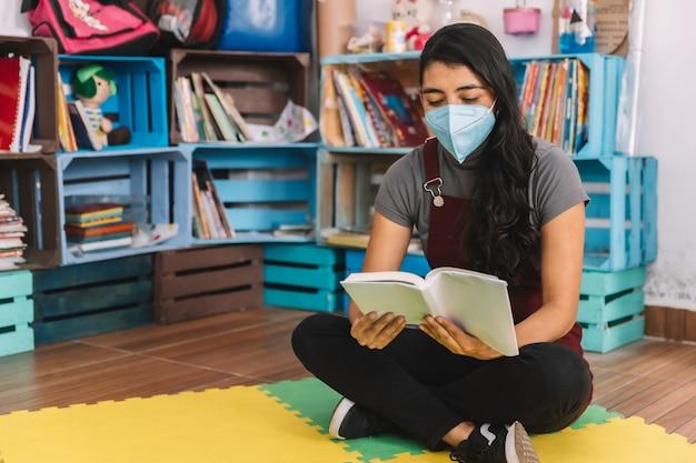 空の教室で本を読んでいるメキシコの若い教師
