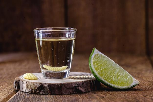 テキーラと幼虫が入ったメキシコ産のメスカルでエキゾチックな飲み物。