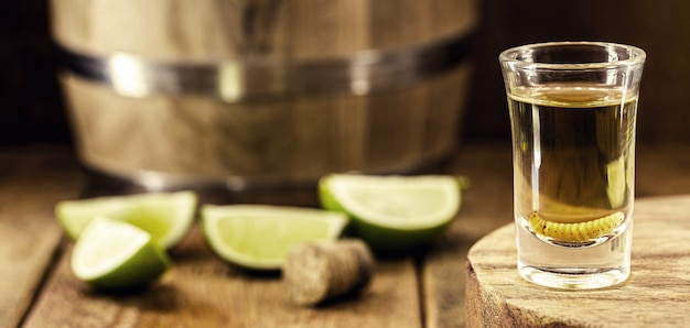 テキーラと幼虫が入ったメキシコ産のメスカル、エキゾチックな飲み物。