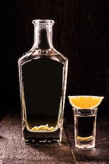 メスカル(またはメスカル)は、リュウゼツランの発酵ジュースから製造され、オレンジ色で消費され、内部に幼虫がいるエキゾチックな蒸留アルコール飲料です。