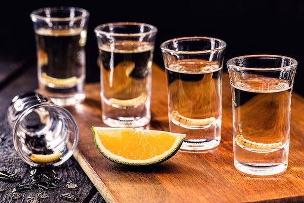 メスカル、リュウゼツランワームとレモンのテキーラ、伝統的なメキシコの飲み物