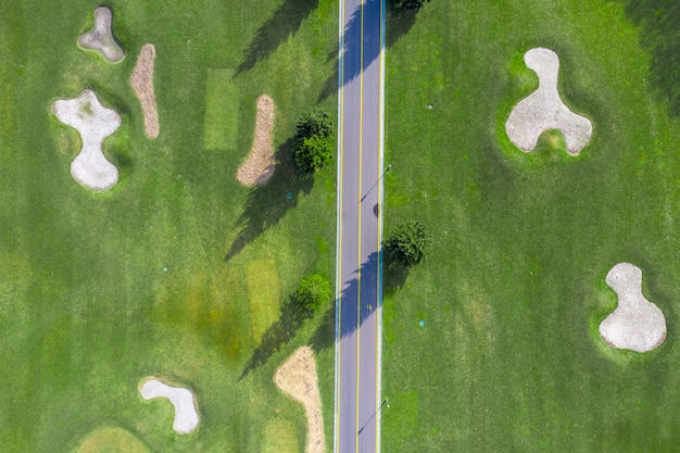 Mezhigorye 국립 공원. 아름다운 골프 코스의 모래 벙커. 무인 항공기에서 녹색 잔디밭으로보기