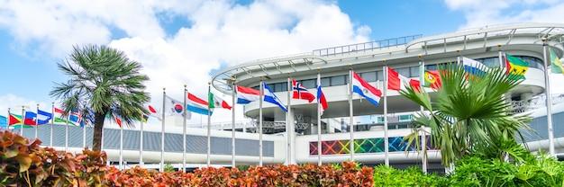 Здание аэропорта майами с флагами разных стран