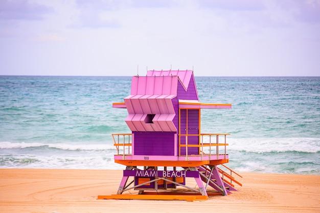 マイアミビーチフロリダの日の出とライフガードタワー