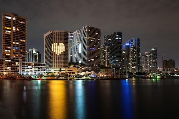 마이애미 도시의 밤. 베네시안 코즈웨이에서 베이사이드 마이애미 다운타운 맥아더 코즈웨이.