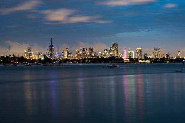 マイアミ市の夜。マイアミのスカイラインと海岸線のパノラマビュー。