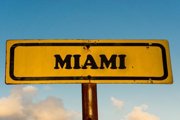 Майами город старый желтый знак с голубым небом