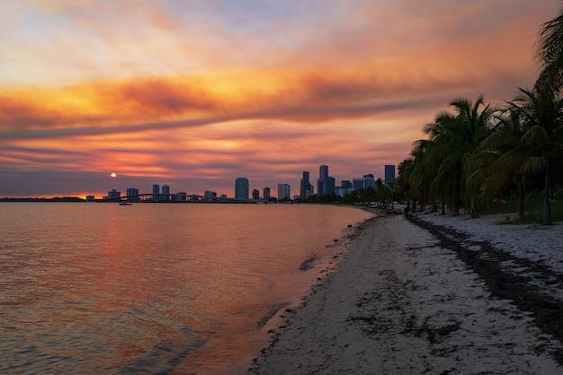 바다 위에 도시 고층 빌딩과 마이애미 도시 스카이 라인 파노라마