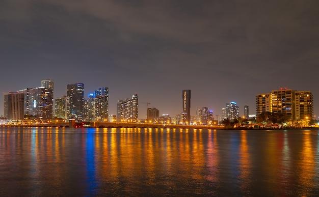 마이애미, 플로리다 비스케인 베이의 도시 경관 스카이라인. 황혼에 도시의 고층 빌딩과 반사가 있는 바다 다리가 있는 파노라마.