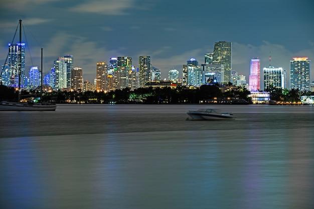 마이애미의 밤. 플로리다주 마이애미 스카이라인과 해안선의 탁 트인 전망.