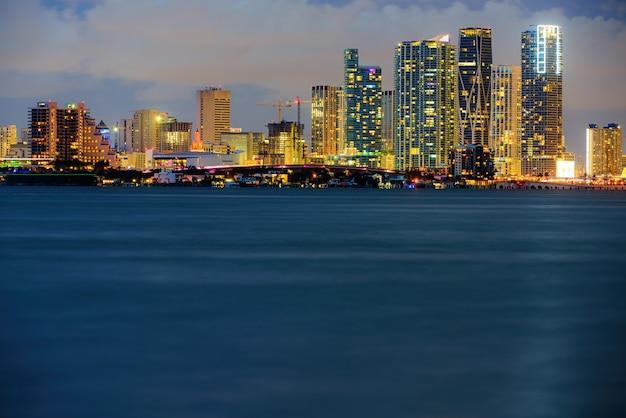 밤 사우스 비치 마이애미 밤 시내에서 마이애미 고층 빌딩