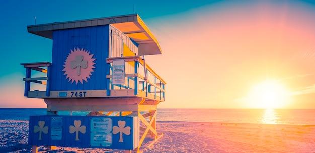 Восход солнца на южном пляже майами с вышкой спасателя, специальная обработка фотографий, сша.