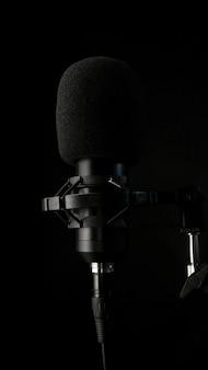 Микрофон и наушники окружены акустической изоляционной пеной premium фотографии