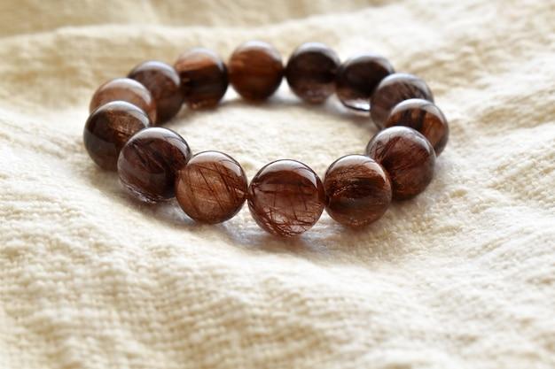 Браслет из слюды с рутиловым кварцем браслет с коричневыми кристаллами и драгоценными камнями