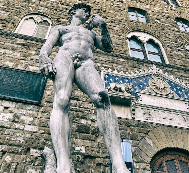 피렌체 시뇨 리아 광장에있는 미켈란젤로의 데이비드 동상.
