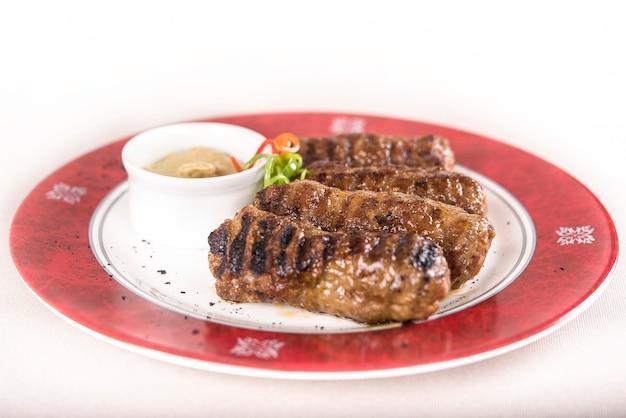 Mici、伝統的なローマの肉ロースト、マスタード添え