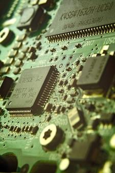 마이크로 회로 보드 볼트 리테이너 근접 수리 컴퓨터 배경 공학.