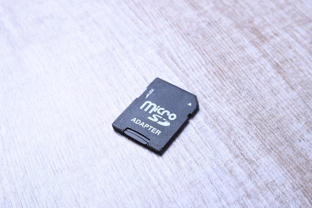 Адаптер карты памяти micro sd на ноутбуке на деревянном столе