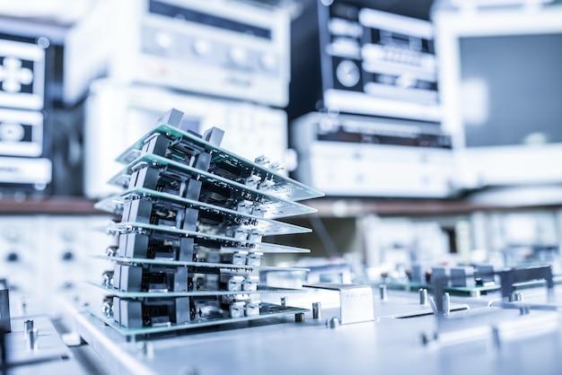 マイクロチップは、現代の心臓病クリニック向けの超近代的な強力なコンピューター機器の製造において、金属板上に積み重ねられています。強力な専用コンピュータの概念