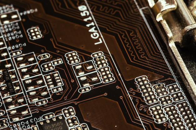 Microcircuit with tracks on the printed circuit board
