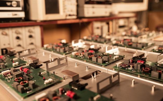 超近代的な軍用コンピューターやスパイ機器の製造中、マイクロ回路とコンポーネントは金属板上にあります。秘密の軍事工場のコンセプト