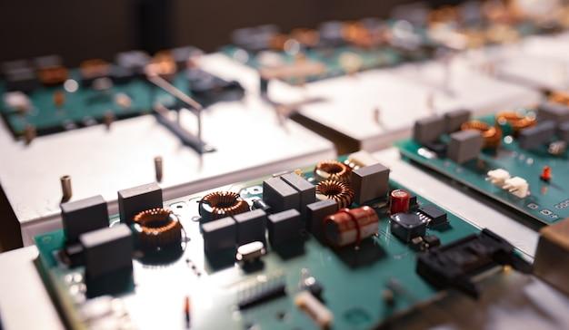 マイクロ回路とコンポーネントは金属板の上にあります