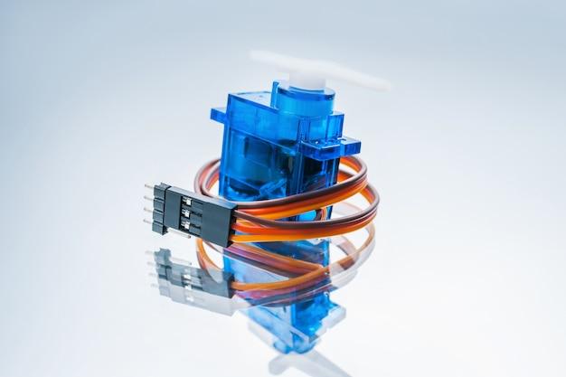 白い背景の上のマイクロエレクトロニクスサーボモーター