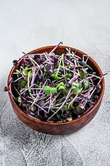 Проростки кресс-салата из микрозелёной редьки в деревянной миске