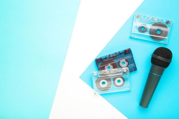 Микрофон и кассета на синем фоне с копией пространства
