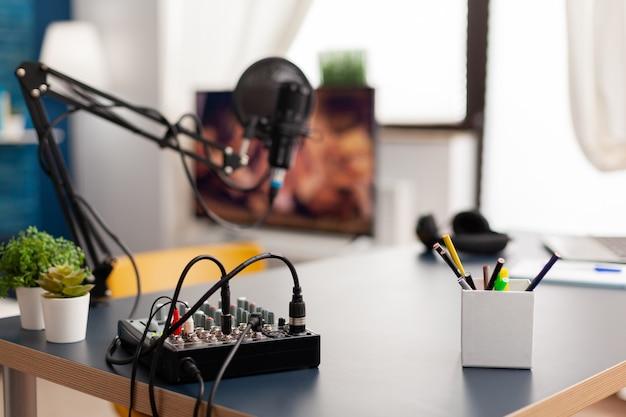 Микрофон и микшер для подкаста известного создателя. влиятельный человек записывает контент из социальных сетей с помощью производственного микрофона в профессиональной домашней студии с современным оборудованием