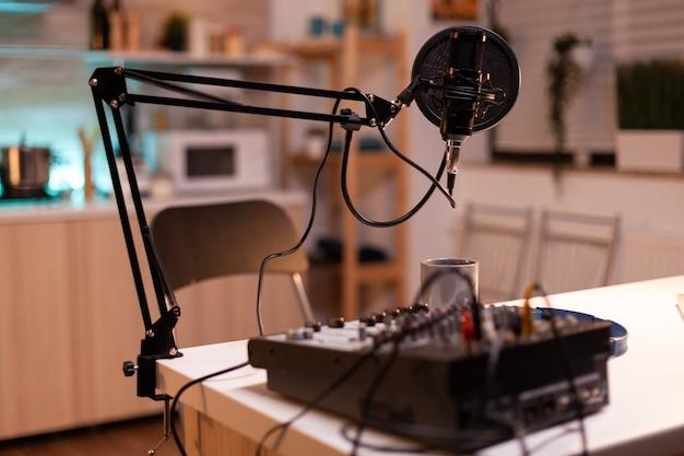 有名なインフルエンサーのポッドキャスト用のマイクとミキサー。プロダクションマイクを使用してソーシャルメディアコンテンツを録音する。デジタルウェブインターネットストリーミングステーション