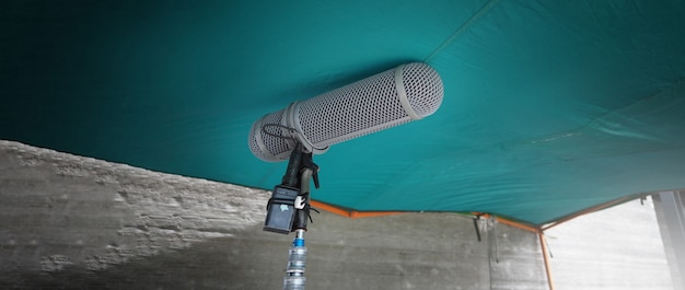 マイクブームタイプ。サウンドレコーダーブームマイクと三脚スタンド。映画やビデオ映画の制作のためのプロのデジタルオーディオ録音ギアマイク。ブームマイクの防風。映画産業