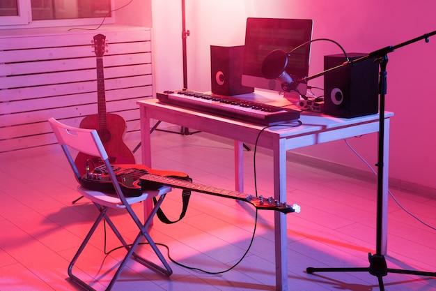 Микрофон компьютерный и музыкальное оборудование гитары и фортепиано