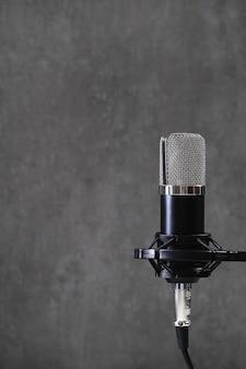 Microfono su grigio