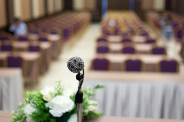 컨퍼런스 홀 또는 세미나 룸 배경에 마이크.