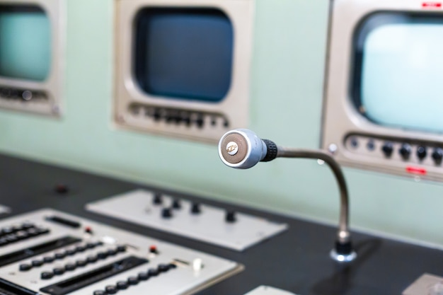 ラジオ会話室のマイクをクローズアップ